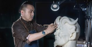 Chef Wang Sen molding a sculpture