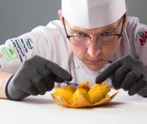 Angelo van Toorn assambling dessert