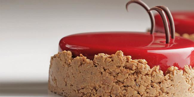 'Bite the apple' and hazelnut crust entremet by Saray Ruiz