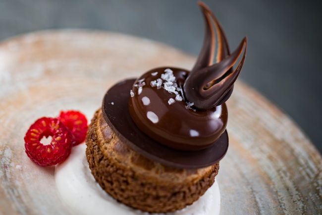 Café con leche choux with chocolate and vanilla whipped cream by Stefan Riemer