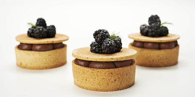 Bosque la angostura tart, with blackberries, pine mushrooms and black truffle by Belén Melamed